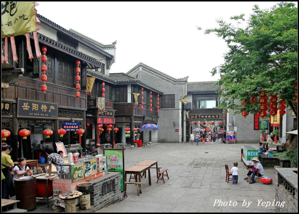 岳阳楼汴河街�ze_汴河街是岳阳楼旁新建的一条仿古街道,历史上该地区称之为汴河区