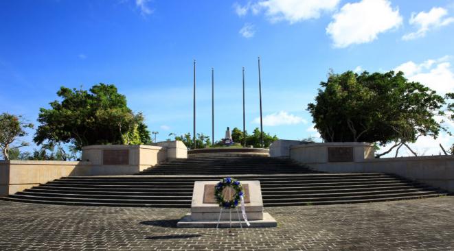 公园是敞开式的大门,站在大门口的中轴线上便可见远处悬挂着的美军