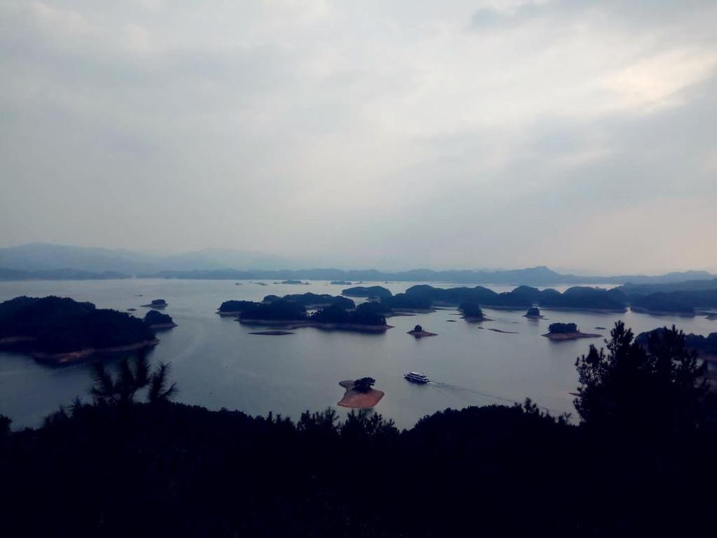 乘坐三特千岛湖索道至观景台处上,万丈斜阳照射在千岛湖平静的水面上