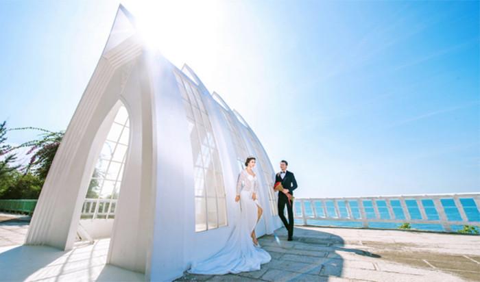 是一个呈三角形的全透明白色教堂,在这里拍摄婚纱照,不光是寓意爱情