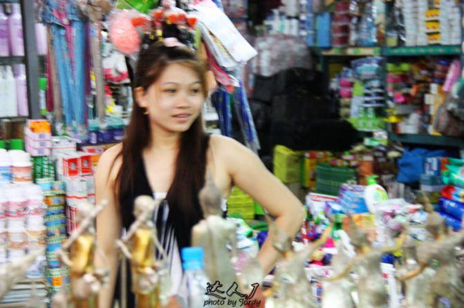 闪拍一位杂货店老板娘,一如既往地认为老挝人长的应该是东南亚里头最丽苑别墅水岸图片