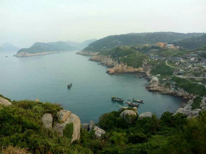 第一次萌生去南麂岛的念头是在高三毕业,想着这么长的假期总要找个时间去玩一玩,就在地图翻着去找那个岛屿玩。在童年的记忆里总有蔚蓝到海天合一的景色,所以还是很期待看到更多的海景。 南麂岛,浙江温州平阳。 后来没去成,今年暑假刚好同学提倡,我总算把计划提上日程。 主要花销: 船费(成人来回115×2 儿童半价) 两种路线:鳌江南麂岛 瑞安南麂岛 购买方式很多:网上购买,电话预定,微信预定 (建议:先确定船票时间,是否还要提前一小时到;再确定动车等其他交通方式的时间。) 网上无法买返程票,要到