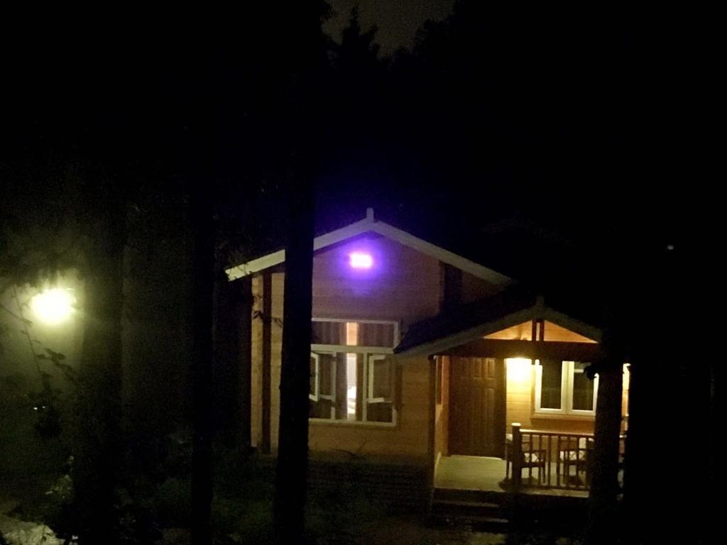 夜晚的小木屋