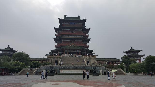 """滕王阁与湖北武汉黄鹤楼,湖南岳阳楼并称为""""江南三大名楼""""."""