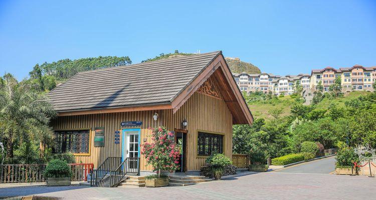这座小木房子是游客中心