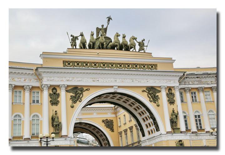 冬宫对面半圆形的建筑是总参谋部大楼