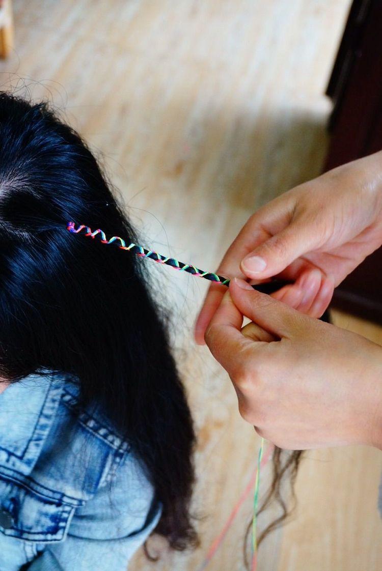 看清楚了没,彩辫就是用彩色绳子绑在你的头发上,编成有色彩的辫子,很