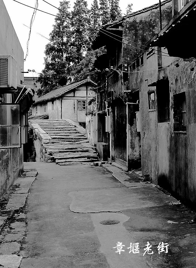 是青浦的北大门,与昆山市花桥镇,嘉定安亭镇接壤.