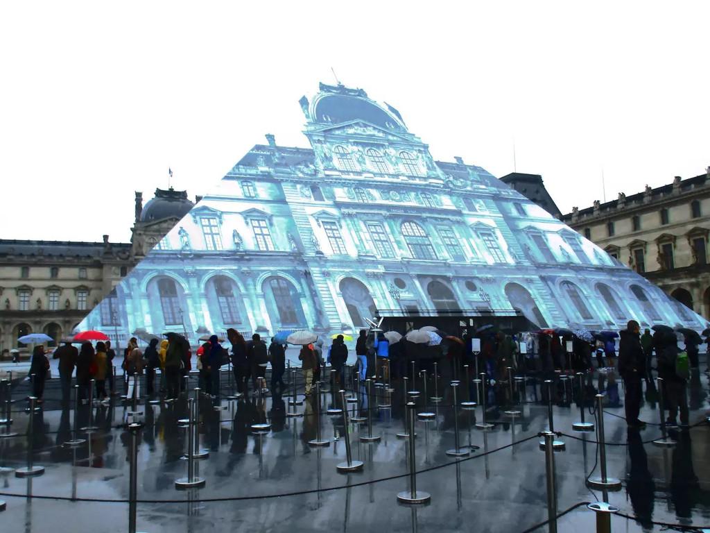 卢浮宫玻璃金字塔的雨夜晴