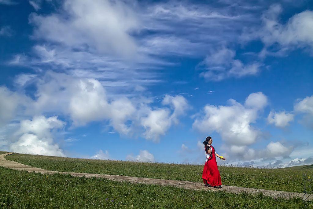 草原美女风景图片