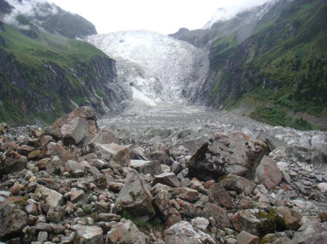 成都到四姑娘山自助游线路旅游攻略,四姑娘山 ;位于四川阿坝州小金县和汶川县交界处的日隆镇,风景区这四座山也有一个很好听的名字叫四姑 娘山,大峰、二峰、三峰分别为5355米,5454米,5664米,由横断山脉中四座毗连的山峰组成,四座长年被冰雪覆盖的山峰组成,四座山峰中以四峰为 最高,海拔6250米,位列四川地区海拔7556米的蜀山之王贡嘎山之后因此被喻为蜀山之后。1、 关于四姑娘山根 据当地藏民的传说,是四个冰清玉洁的姑娘的化生,因而得名四姑娘山;四姑娘山有点野,墨脱小镇有点纯,如同头披白纱,姿容