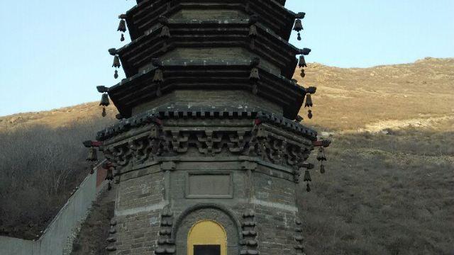 多宝佛塔,在峪中古寺前,金代建。寺殿的后檐下有一口井,因严寒不冻,干旱不涸而得名天井。今寺庙荡然无存,唯井与浮屠尚存。多宝佛塔是1976年大地震幸存下来的较完整的密檐式古建筑。塔高3丈5尺,青砖砌成,八角形状,共7层,塔身各层的每个角上各悬挂一个铜铃(现已丢失)。塔的结构第一层较高,以上6层之间距离较小。塔的四面各有一个2尺高的小碹洞,内雕佛像。塔南面的碹洞上镶有一块白色石板,上刻多宝佛塔四字。在东、西、北三面的碹洞上方雕刻有花纹。碹洞两侧刻有对联。东侧为何群震振,持国握乾坤。北侧为寻声周沙界,慈