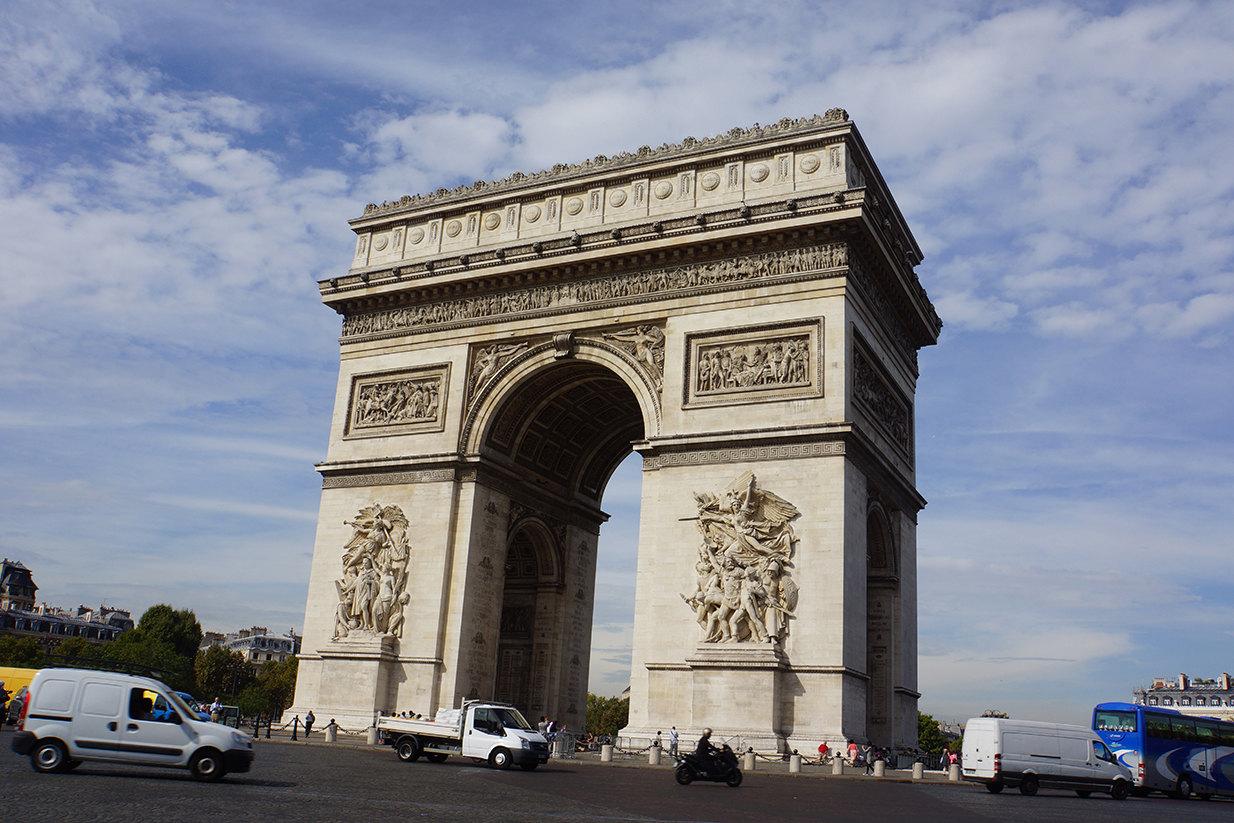 凯旋门又称雄狮凯旋门,位于法国巴黎的戴高乐广场中央,是拿破仑为