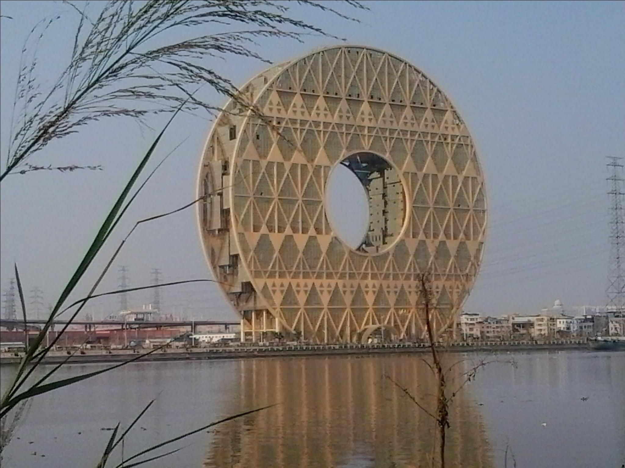"""广州圆大厦是一座半圆形建筑物,因为建筑形似铜钱,所以称其为""""铜钱"""
