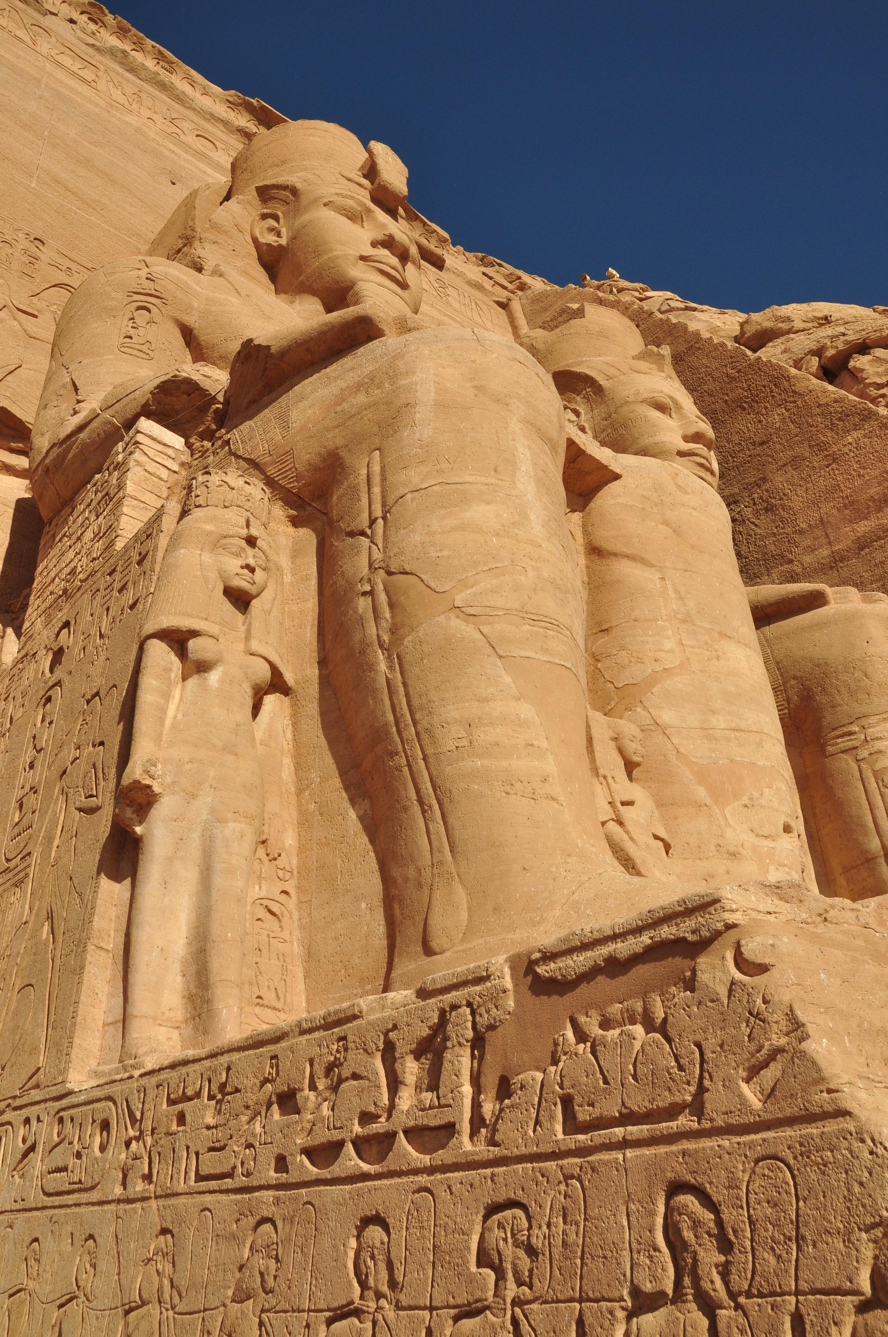 D3 阿斯旺康翁波埃德夫 这一天,我们乘坐邮轮从埃及最美丽的城市阿斯旺出发,开始了由南向北的埃及之旅。 埃及属四大文明古国之一,历史悠久。埃及国土中百分之97是沙漠,尼罗河纵贯整个国家。公元前一万多年,在这沙漠之国诞生了人类最早的灿烂古文明。以前对埃及的印象仅是金字塔古迹,为此,来埃及旅游前,我看了些有关的书籍,在游览古迹时还是很有帮助。否则,即便古迹神庙现场有导游讲解,也会被众多的朝代、法老、神话和众多的神,搞得云里雾里。 图书、实地游览以及导游的现场讲解,丰富了有关的埃及知识。有如下几点是本人的收获