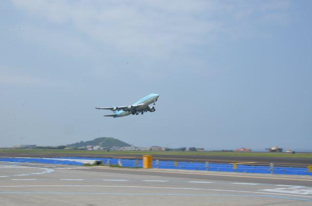 一架飞机起飞了