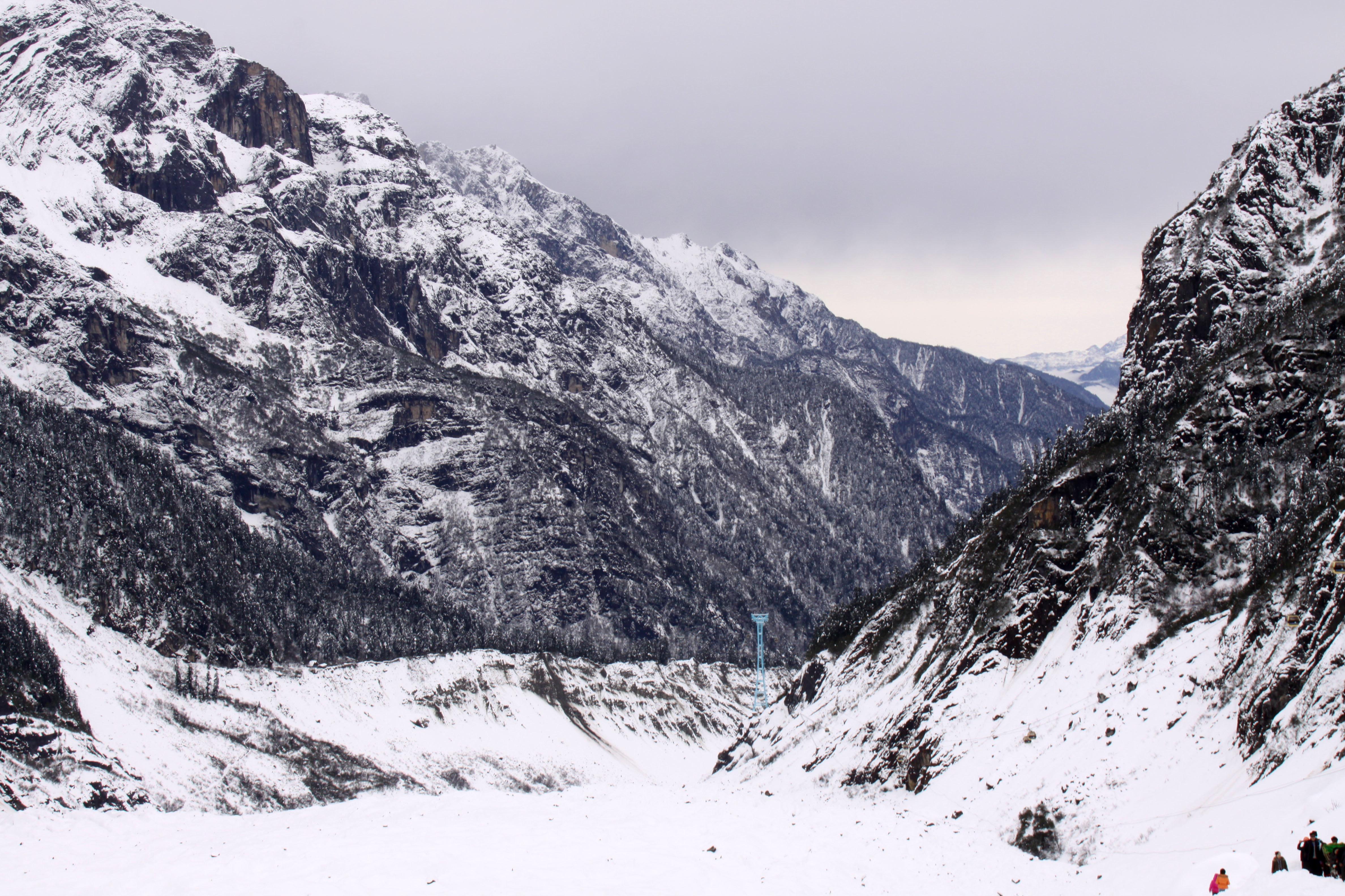 海螺沟冰川是贡嘎山东坡众多冰川中的一条,其尾端伸入到原始森林区达