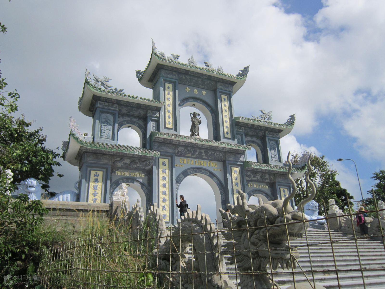 灵应寺位于岘港的山茶半岛山