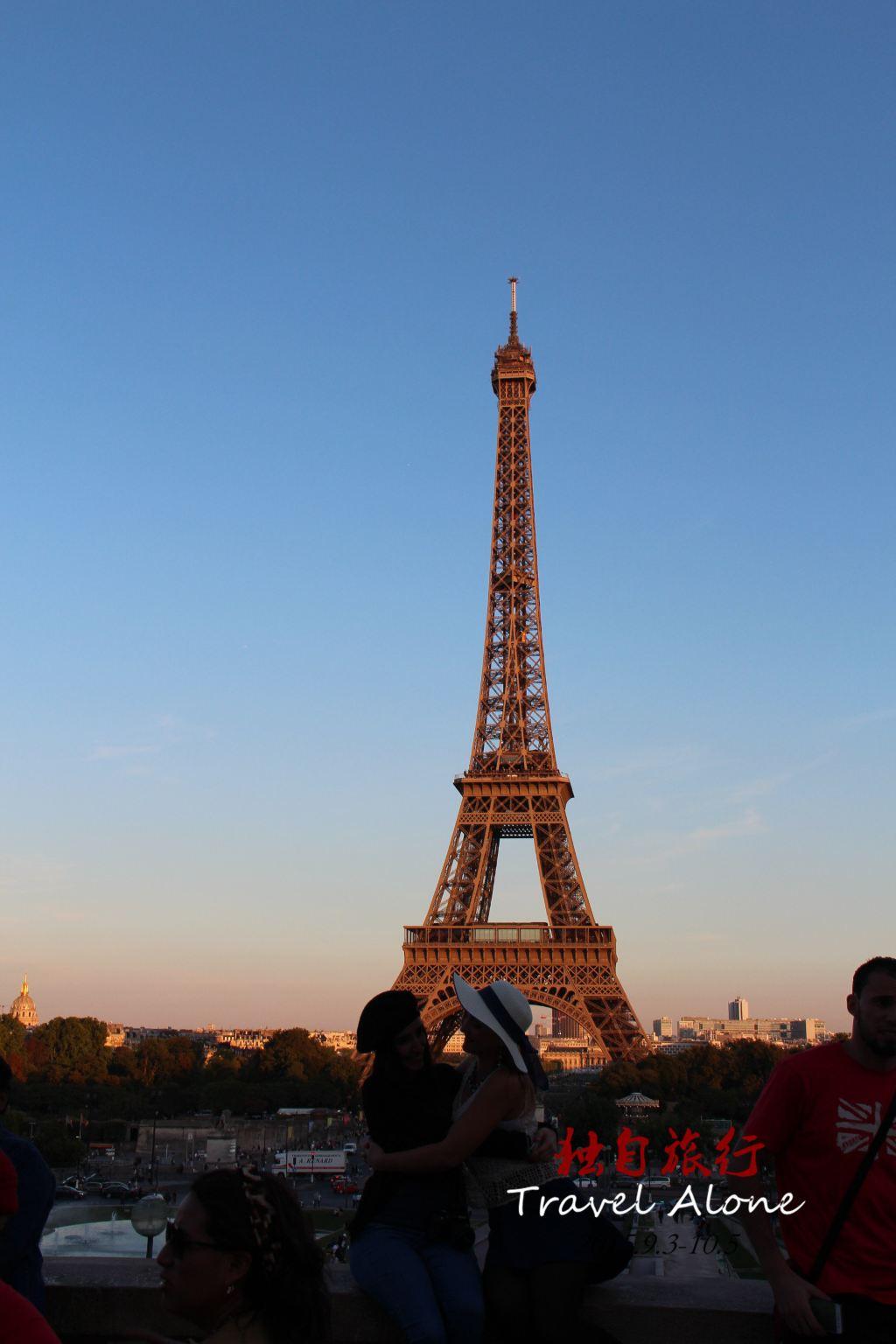 1887年1月28日,埃菲尔铁塔工程正式破土动工,2月14日,巴黎的文学艺术建筑界的精英参与抗议,抗议的内容是反对修建巴黎铁塔,其中包括法国著名 文学家莫泊桑、小仲马等300人著名人士签订了《反对修建巴黎铁塔》的抗议书,名人科抗议引发了群众的请愿:巴黎铁塔如同一个巨大的黑色的工厂烟囱,耸立 在巴黎的上空。这个庞然大物将会掩盖巴黎圣母院、卢浮宫、凯旋门等著名的建筑物。这根由钢铁铆接起来的丑陋的柱子,将会给这座有着数百年气息的古城投下令 人厌恶的影子。