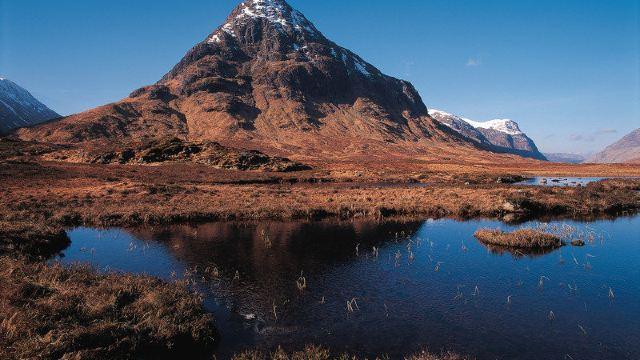 安静地呆了一个晚上......当悠扬的苏格兰风笛声飘过秀美的山峦,一切依然如往日的宁静,莽原翼翼,草场彧彧,星星点点散落的牧人小屋,突然抱成一团的小树林,浪漫炽烈的鲁冰花,安静地低头啃食青草的羊群,和谐地点缀着这片翠绿的大地。在这里,人们似乎可以忘记世间一切的罪恶和丑陋,只有和平、温馨、闲适、自由的心