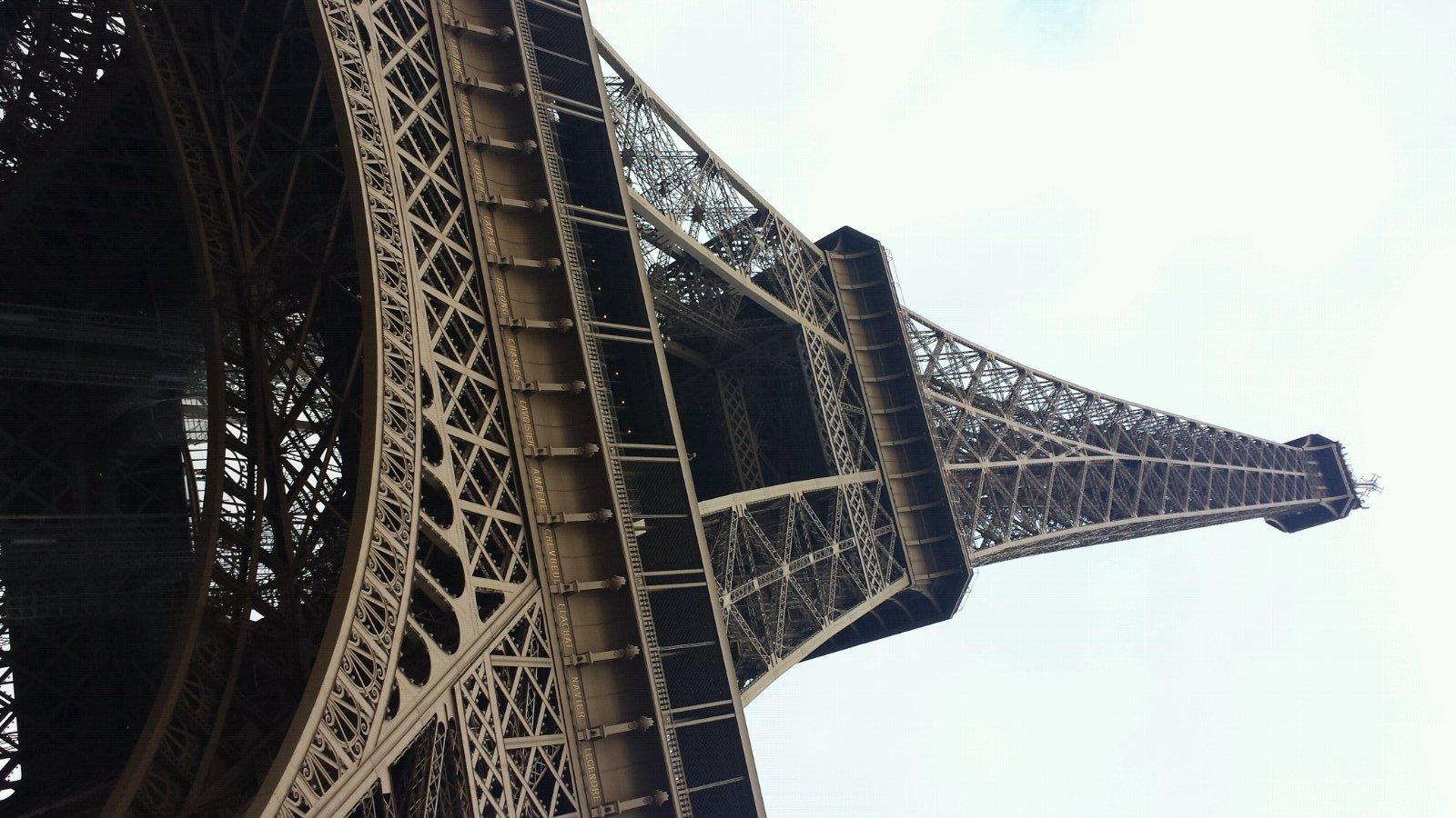 远处埃菲尔铁塔出现了!