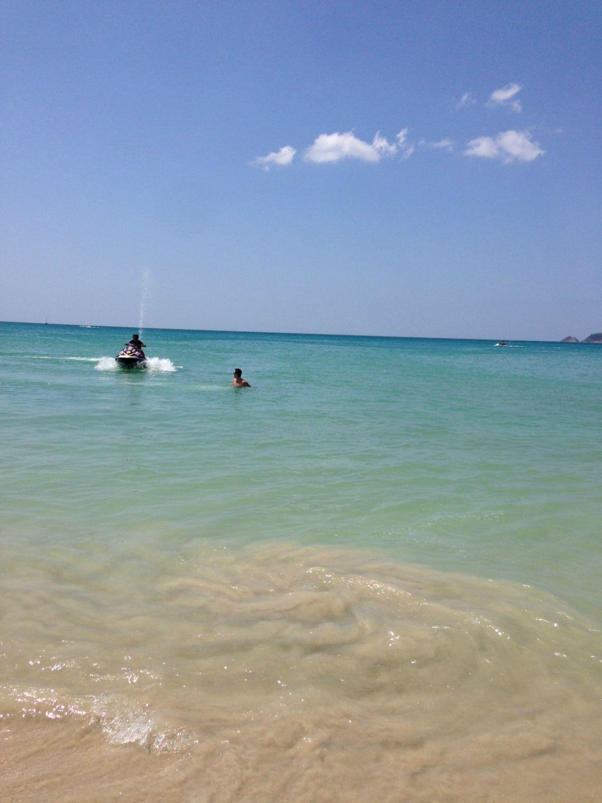 芭东海鲜餐厅     下午烈日当空,换了身沙滩装,跑向了海边,一眼望去