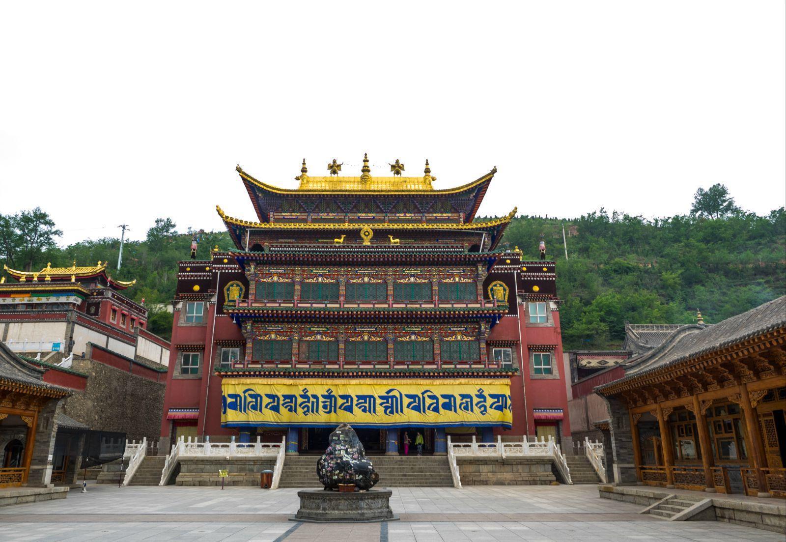 塔尔寺 塔尔寺位于距离西宁市25公里的湟中县
