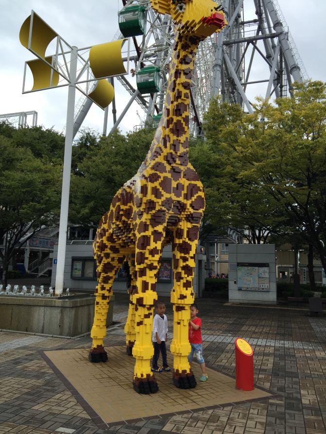 路边的乐高长颈鹿