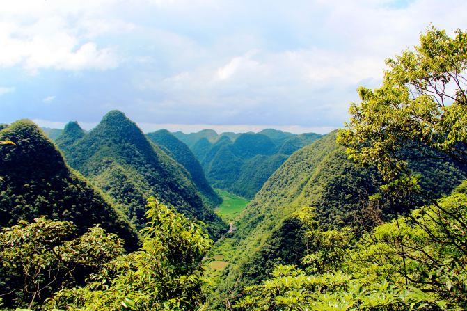 半山腰看到的峰丛,石上森林.图片