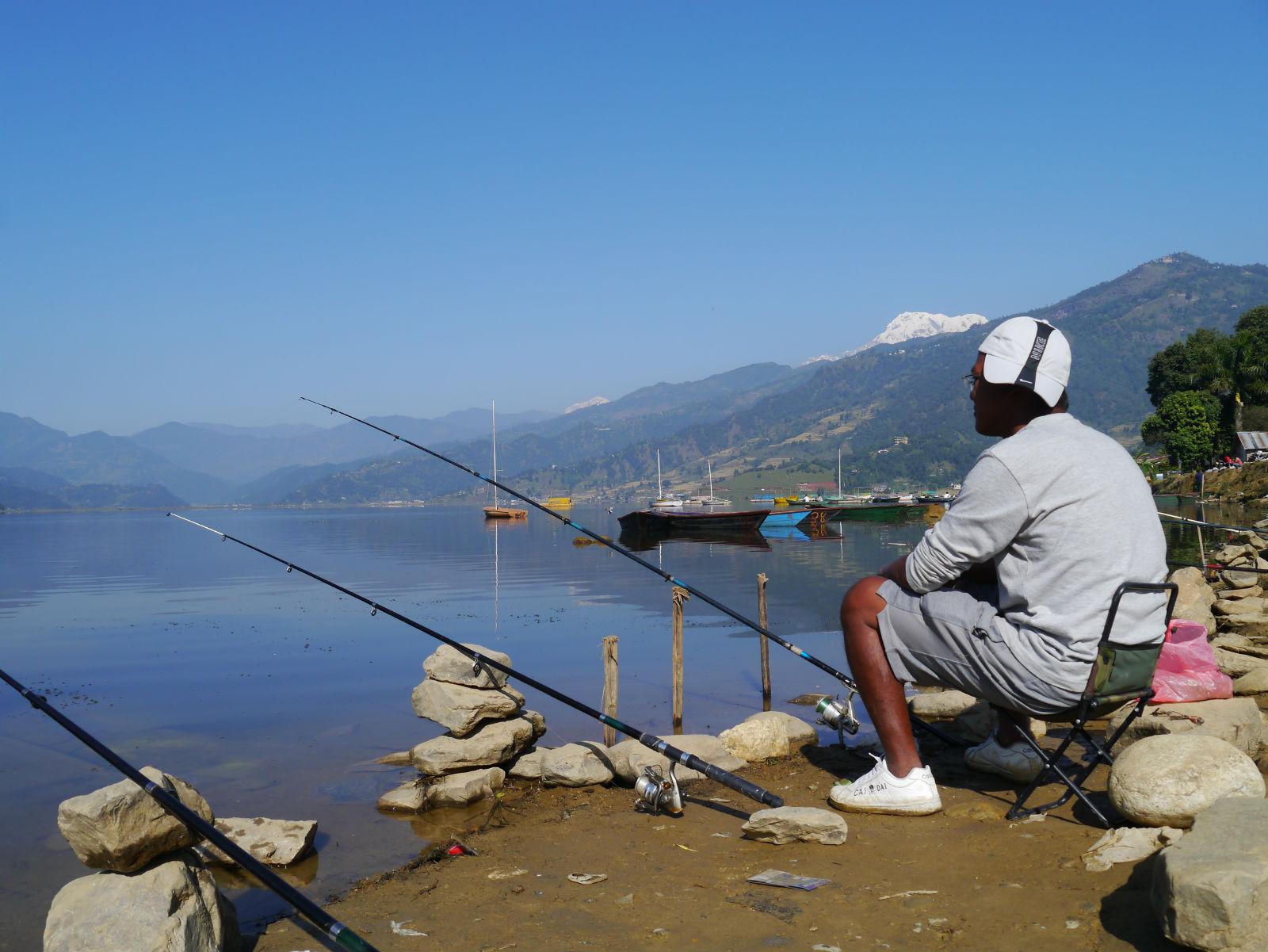 有一个老人在湖边钓鱼 有一个年轻人 男的 问那个老人