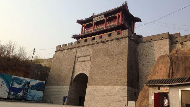鸭绿江发源于吉林省长白山南麓,流经长白,集安,宽甸,丹东等地,向南