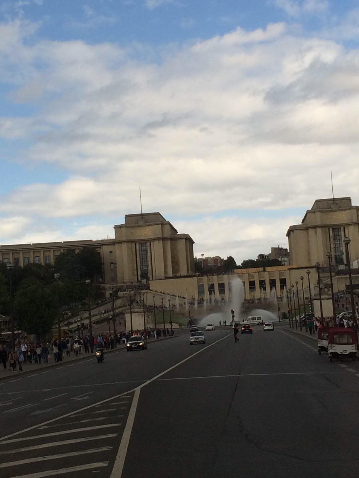 巴黎铁塔塞纳河图片手机壁纸蓝天白云