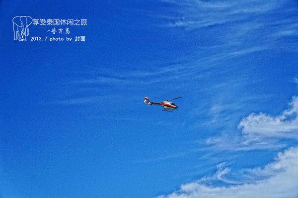 空中飞过一架漂亮的直升飞机