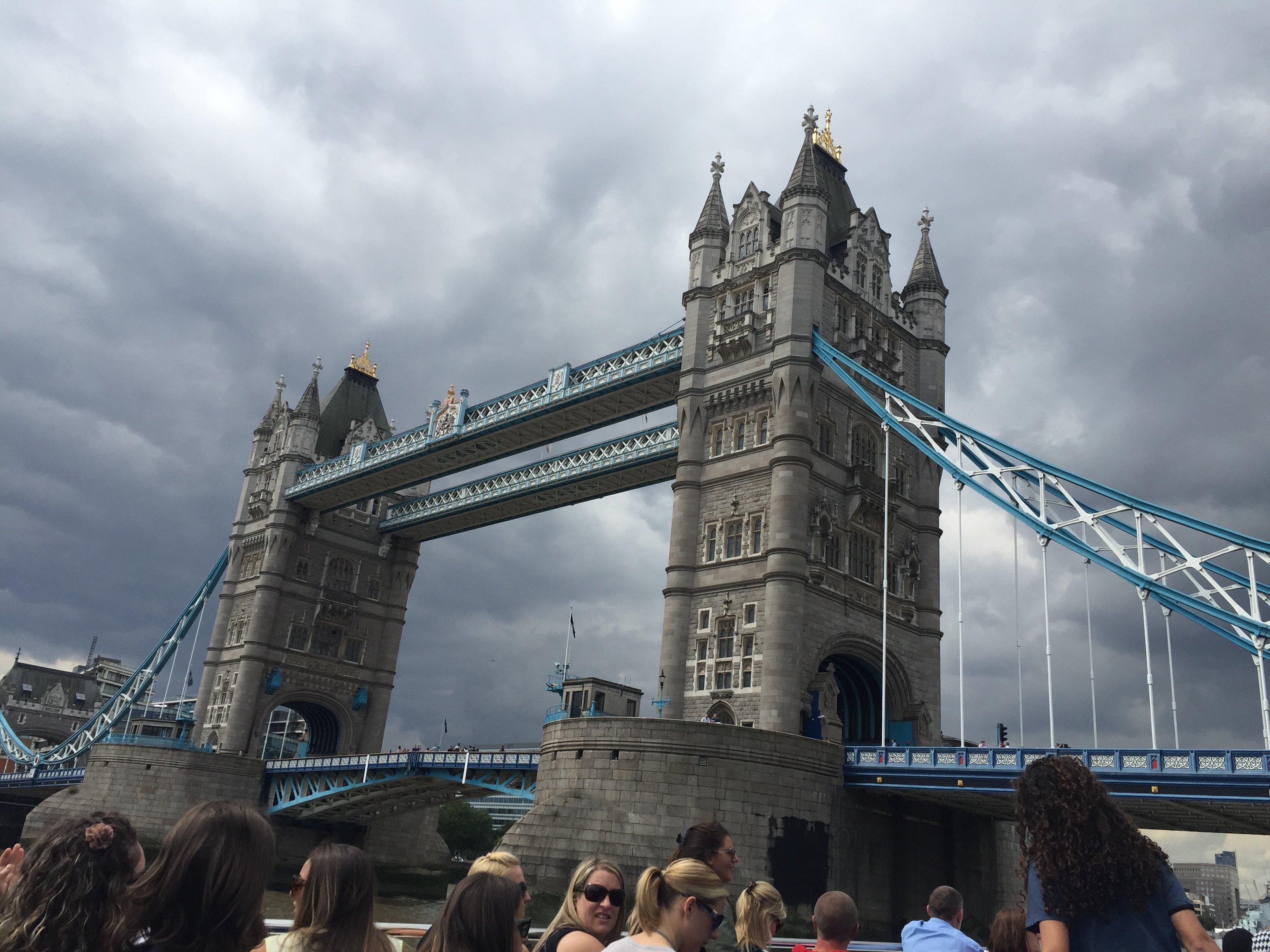 伦敦塔桥 随着渡轮缓缓驶向下一站