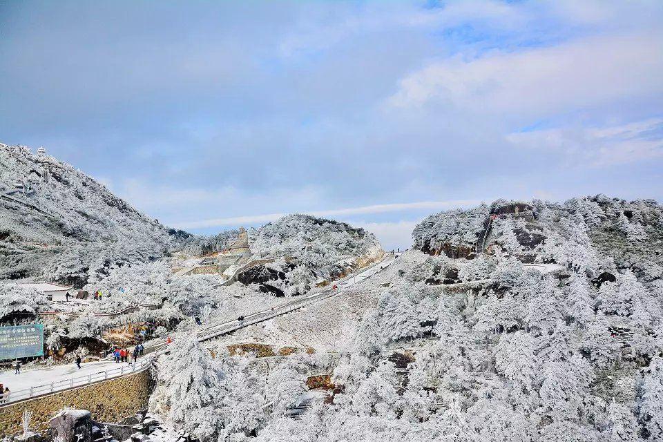 连日来,九仙山因为一组白雪皑皑,宛如仙境的雾凇美图给刷屏了。于是本人就在周六的晚上十一点,由四十几个人组团一起包车从我们晋江出发,直奔九仙山。计划隔天六点多钟开始徒步上山。尽管出发前得知景区已发布禁止机动车上山的通告,并且发布关闭景区停止售票的消息。但这并未阻挡游客赏雪的热情,而我们也已经做了最坏的打算,那就是不行也得找个后门溜进去。 先跟大家普及一下什么是雾凇?雾凇号称中国四大自然奇观之一,雾凇俗称树挂,是在有雾的寒冷天气里,雾滴冻结附着在草木和其他物体迎风面的疏松冻结层。由于雾中无数零摄氏度以下