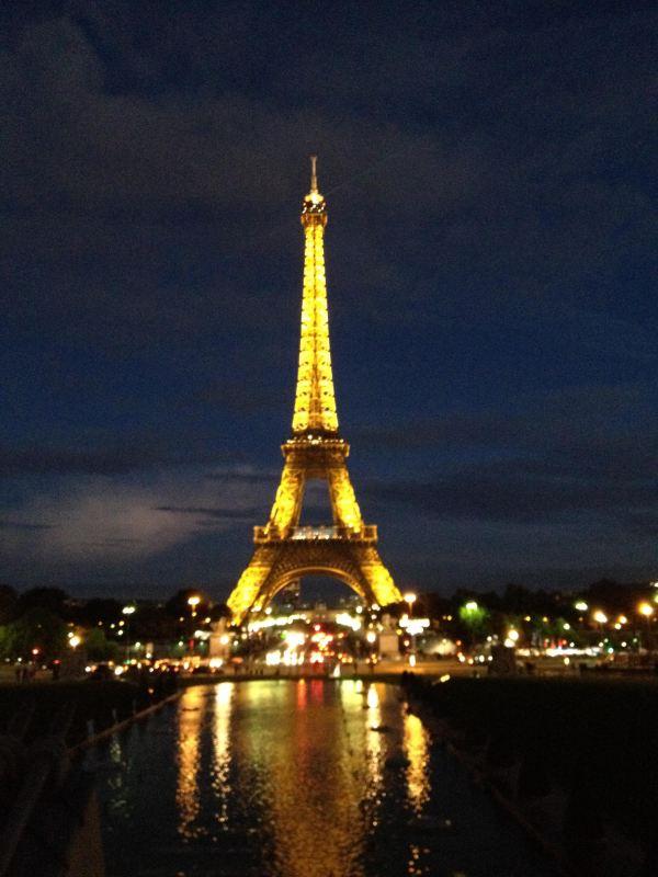 3年前,跟著攜程的地中海郵輪團,最後從羅馬飛至巴黎的時候,已是夜幕降臨的晚上時分。 住上郊外五星級公寓,1人享受1室1廳,驚喜在窗外,看到了迪士尼樂園的璀璨煙花在空中飛舞。 次日匆匆遊覽盧浮宮、協和廣場、埃菲爾鐵塔,然後去巴黎春天、老佛爺購物。 未曾在碧水悠悠的塞納河畔漫步,沒能雄赳赳地登上埃菲爾鐵塔鳥瞰,不見古老的巴黎聖母院捕獲雨果的氣息,無法抵達遼闊磅礴的凡爾賽宮,感受當年皇室的金碧輝煌,還算到過巴黎嗎? 遺憾一定要彌補! 今年9月1710月6日,22天自由行:阿姆斯特丹海牙鹿特丹布魯日