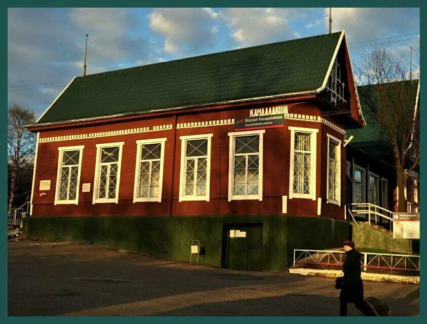 站台上的小木屋带有明显的北欧风格