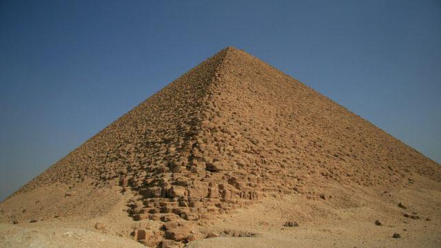 这座金字塔的断面首次呈现等边三角形