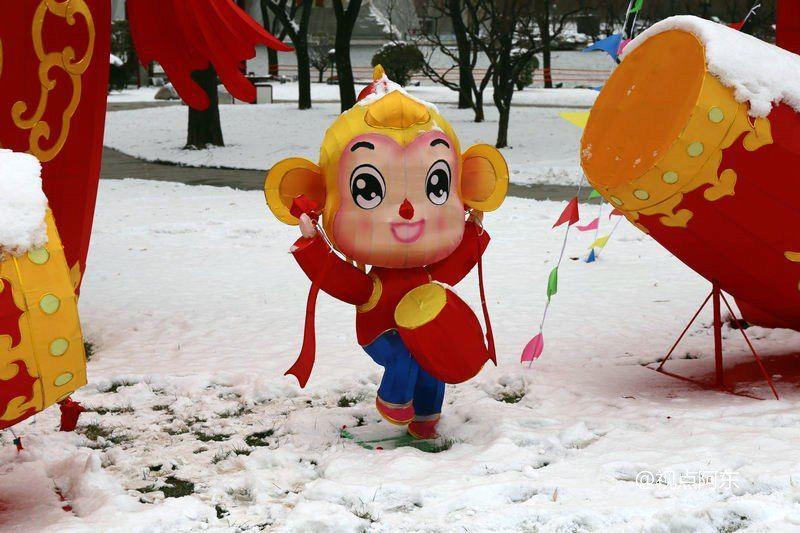 一位游客在大唐芙蓉园观赏雪景 昨天还是暖阳高照,没想到西安今天(1月22日)又下起了2016年的第三场雪。在西安,赏雪景最美莫过于大唐芙蓉园。看风吹雪花漫天飞舞,那感觉比真正的下雪还漂亮。有来自外地的游客说,他生平第一次见这么美的雪景,而最开心的则是那些小朋友了。 这雪下得比前两次大得多,白雪与充满喜庆色彩的灯展相映衬,显得更是别样地美。大雪中,有工人正进行大唐芙蓉园2016新春灯会的布展。看园区里到处都张灯结彩喜气洋洋,过年的气氛也越来越浓了。尽管雪后天气寒冷,但仍有不少市民游客来到芙蓉园观赏雪景,并