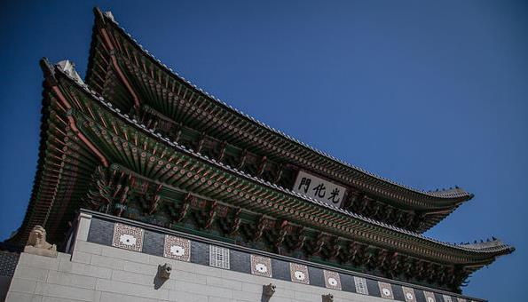 每到一个城市自然要看看现存的文化古迹,好歹也是个游客不是?但凡一个国家的首都,大多少不了要去旧皇宫看看,看规划看格局,多少也就能大致了解这个国家曾经的地位。所有韩国自由行的小伙伴别忘了景福宫一定要来哦! 景福宫是韩国现存最大、最古老的宫殿群落,据说得名于《诗经》中君子万年,介尔景福的诗句。不仅名称来源于中华古籍,王宫面积与规制也严格遵循历史上与宗主国中国的关系,顶多算个亲王级别。建筑颜色也多用青绿用以和中国皇宫的金黄色区分开来,走在屋檐下,抬头看斗拱,青绿相间,疏密有致,自是别有一番风情。所以说,无需以