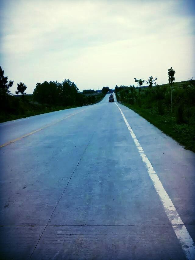 路边的风景倒是挺好的,逆风加这样的路,骑着有点晕呀