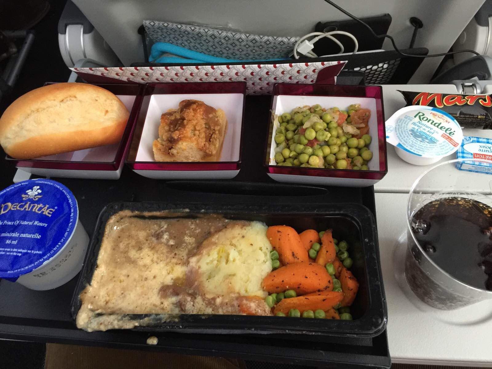 飞机餐很丰盛,但加上转机要飞16小时,实在没有胃口吃,但饮料倒是很不