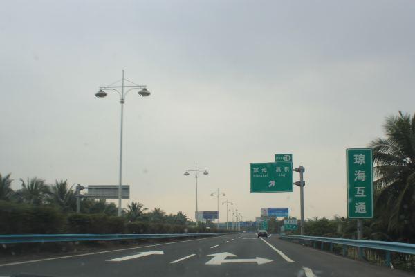 二是海南高速公路的服务区比较简单,没有牌子,也没有餐厅,你要吃饭出