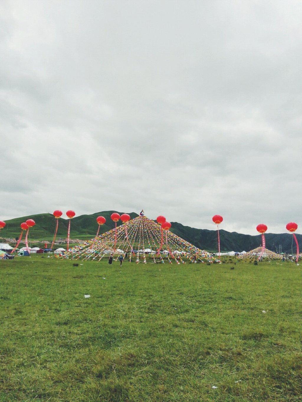 锅庄舞,藏语意为圆圈歌舞,是藏族三大民间舞蹈之一,分布于西藏昌都