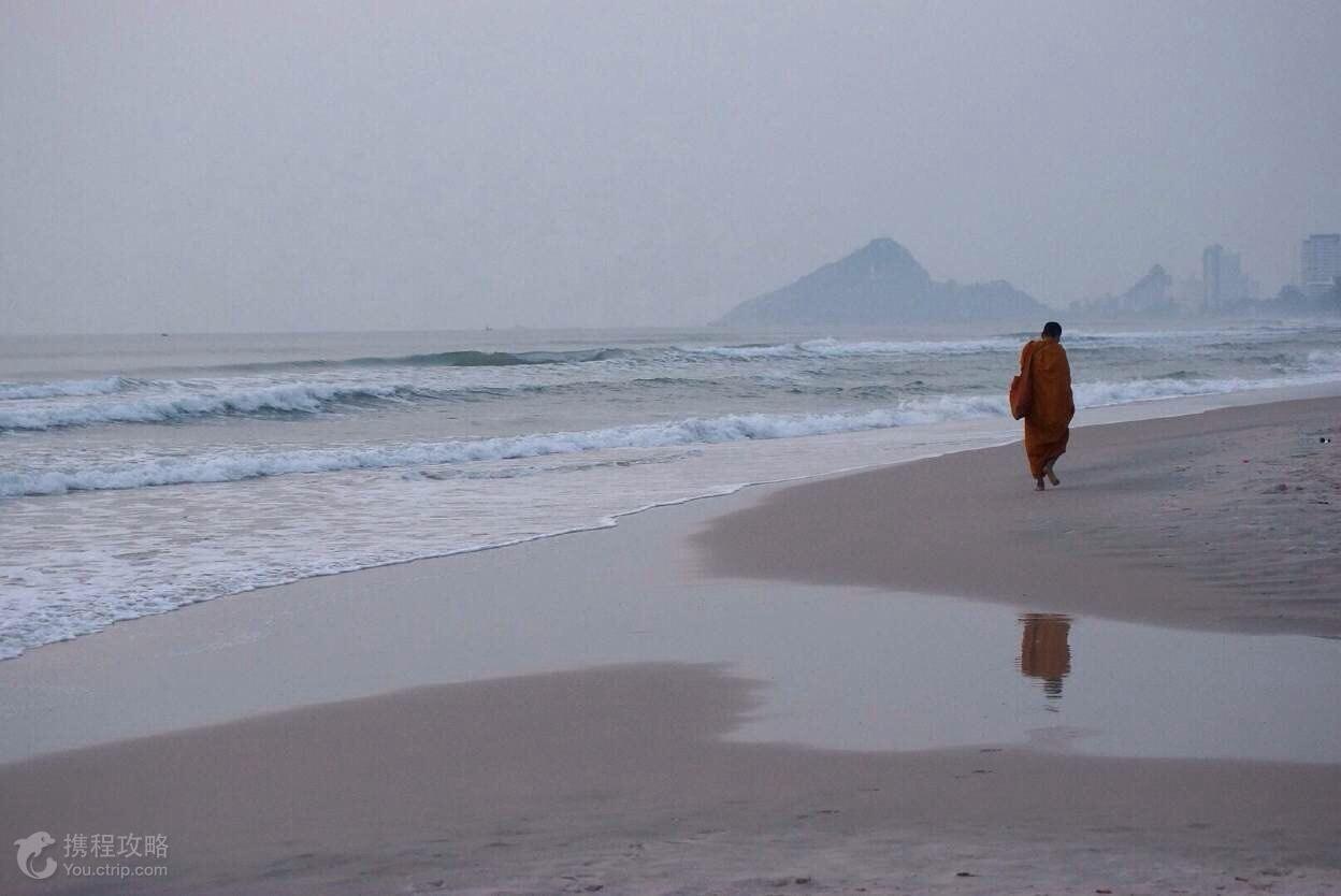 虽然邻近芭堤雅,普吉岛等热闹的度假地,华欣这个小城却出奇的