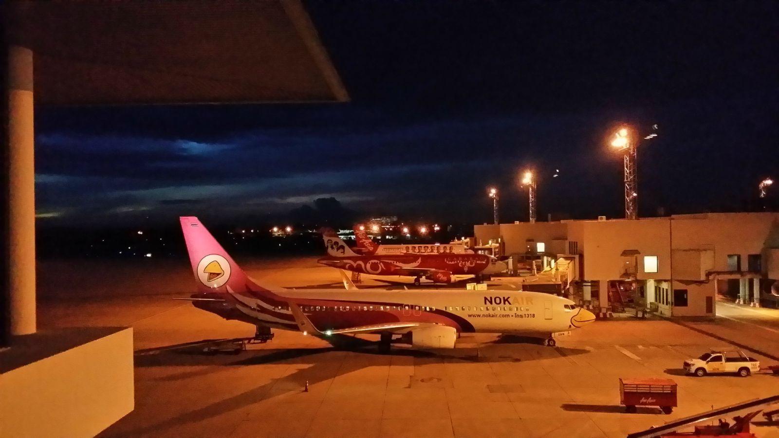 凌晨五点半的机场.为了赶到素叻他尼的飞机.