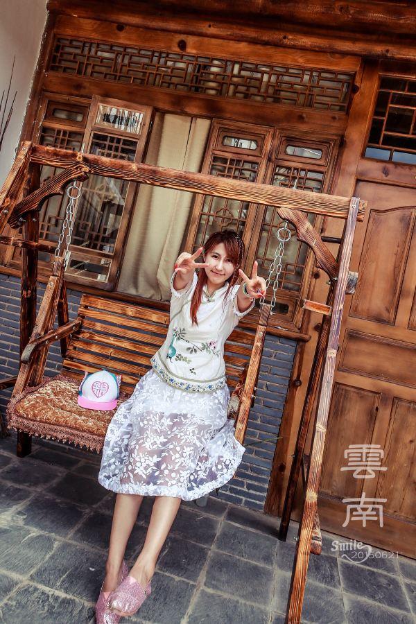 每个来云南旅游的女生都会用彩绳编小辫吧