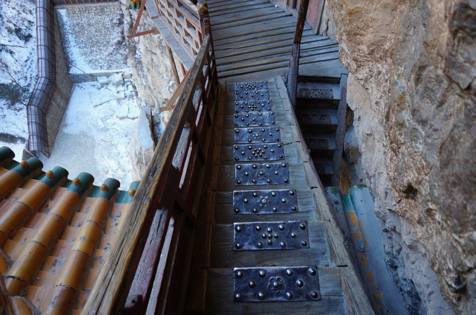 木板楼梯上铺设柳丁铁板防滑
