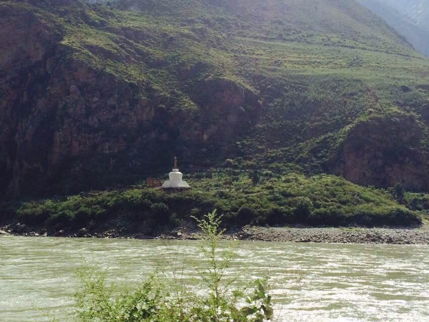 开始出现藏族特色的白塔