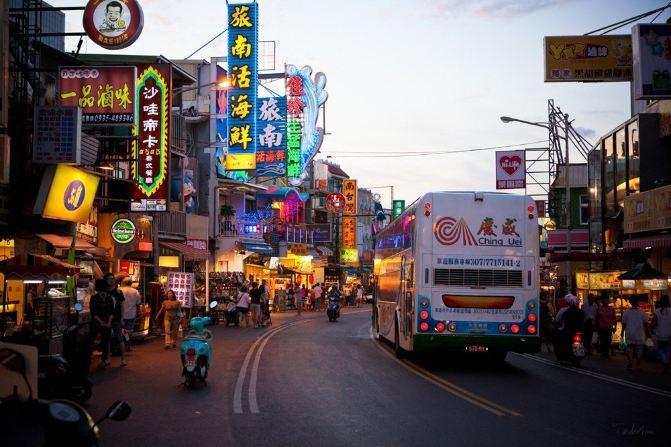 夜幕降临的垦丁大街预示着喧嚣的夜市即将上演
